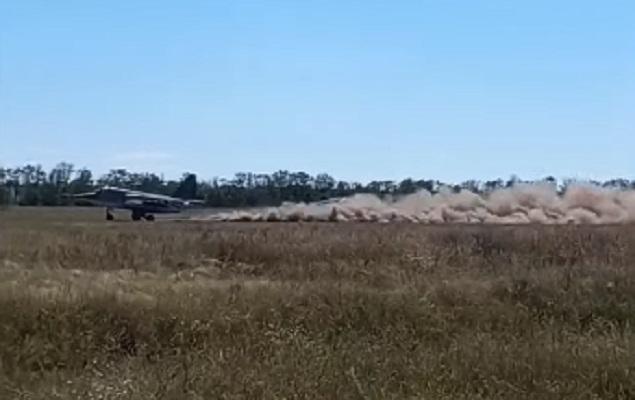 Су-25 отработали взлет и посадку на грунтовом аэродроме — видео