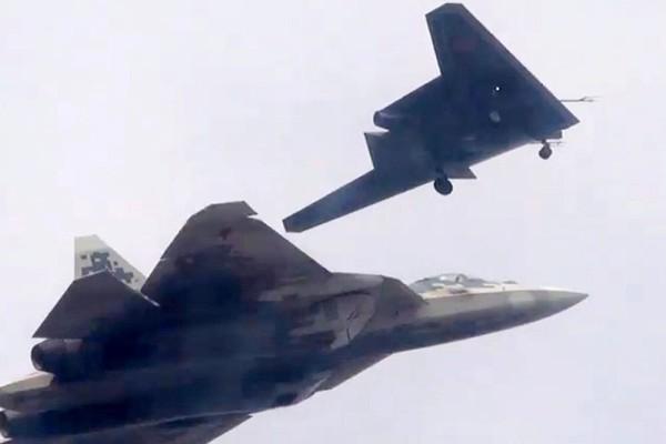 Летчик-испытатель Евгений Фролов: «Охотник» построен в рамках концепции «верного ведомого» и может применять всю номенклатуру вооружения Су-57