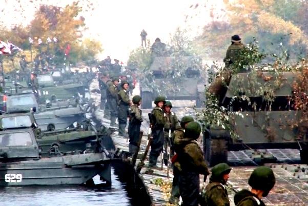 8 общевойсковая армия отрабатывает форсирование реки на полигоне Прудбой в Волгоградской области.