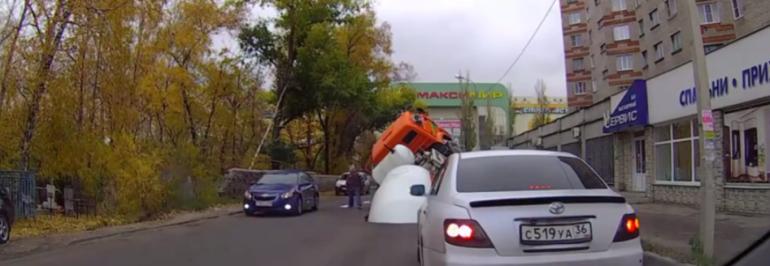 В соседнем Воронеже бетономешалка на шасси «Камаз» провалилась под асфальт