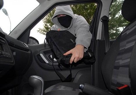 В Волжском из автомобиля похищено более 800 тысяч рублей