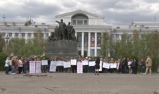 29 апреля десятки волгоградцев вышли на митинг в защиту осуждённых офицеров полиции Павла Степаненко и Дмитрия Дьякова
