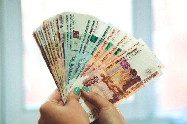 Пенсия у рядового гражданина России 10-15 тысяч рублей, а у госчиновника и депутата 100-150 тысяч и больше