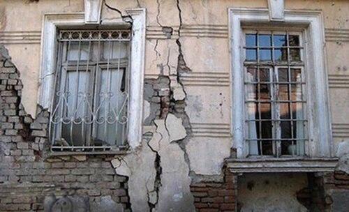 Не менее 800 тысяч жителей России зарегистрированы в аварийном жилье