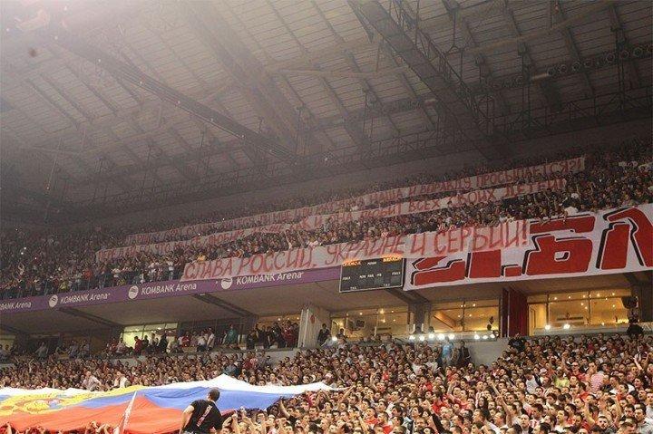 Баскетбол: Болельщики сербской «Црвены Звезды» встретили украинский «Будивельник» российским флагом и «Катюшей»