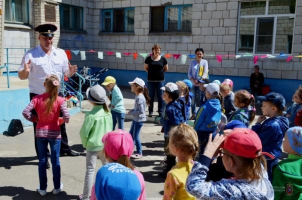 В детских садах Волжского сотрудники ГАИ провели профилактическую акцию