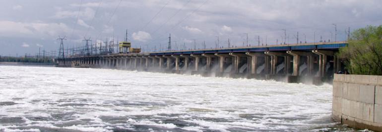 С мостового перехода плотины Волжской ГЭС в Волгу спрыгнул мужчина