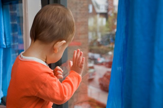 В Волжском за два дня из окон выпали двое детей