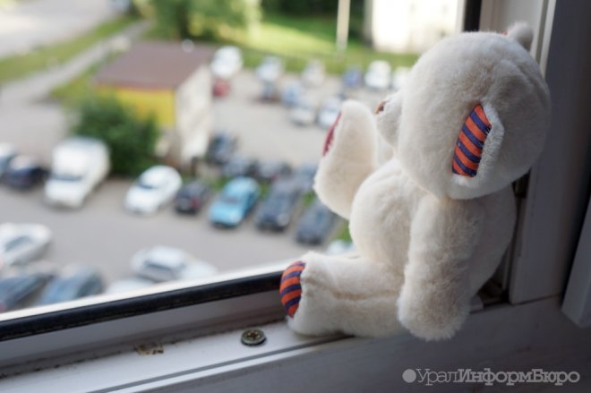 В Волжском организована проверка по факту получения полуторагодовалым ребенком тяжелейших травм в результате падения из окна квартиры