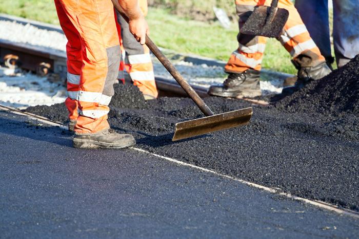 На 5 из 6 дорог в Волжском в рамках проекта «Безопасные и качественные дороги» завершена укладка верхнего слоя асфальта