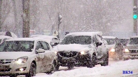 Дорожные службы продолжают устранять последствия снегопада в Волгоградской области