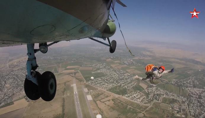 Российские летчики в Таджикистане отработали аварийное покидание вертолета