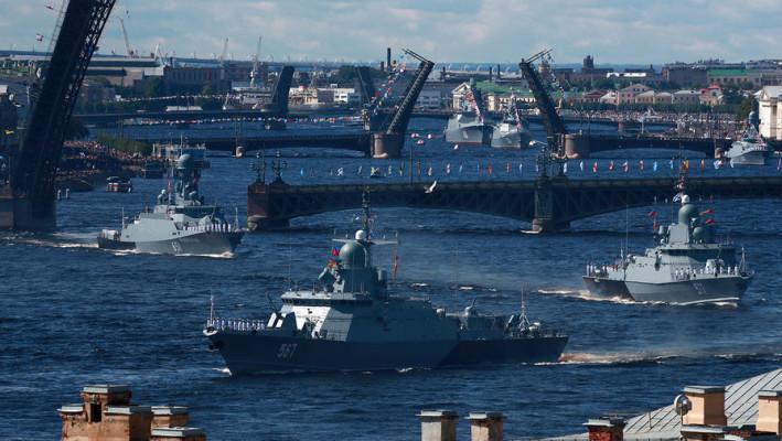 Читатели «Дейли мэйл» о параде ВМФ: мы можем потягаться с русскими лишь по количеству адмиралов и капитанов