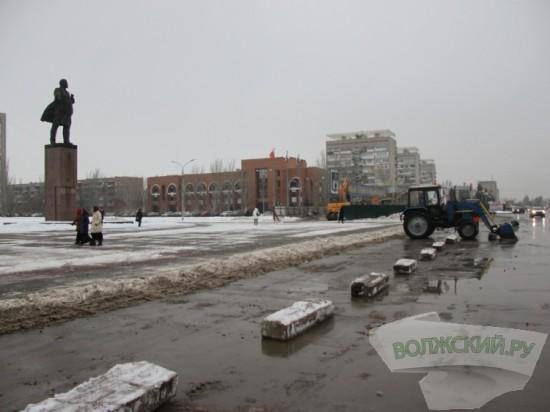 В Волжском запретили парковаться около памятника Ленина