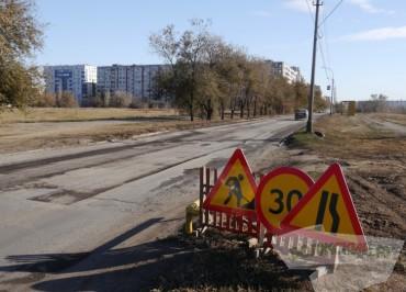 volzsky.ru-dorogu-po-ulitse-druzhby-remontiruyut-no-chastichno
