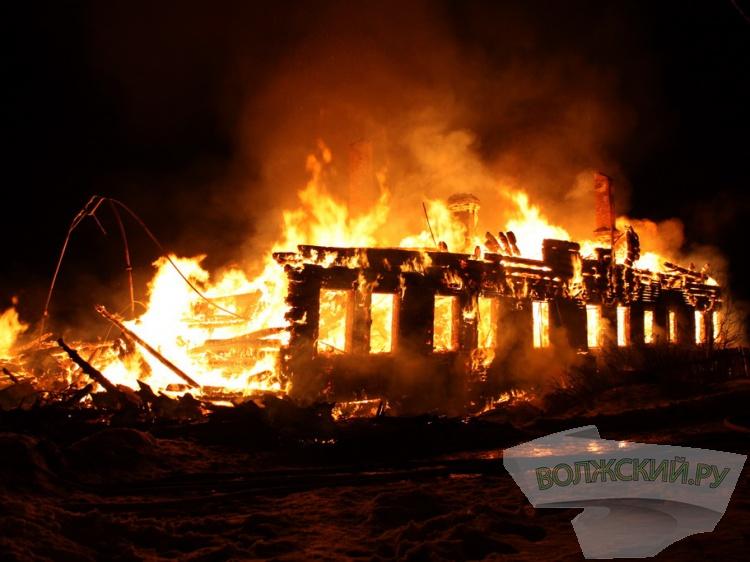 В СНТ «Труд» на острове Зеленом загорелся трехэтажный жилой дом